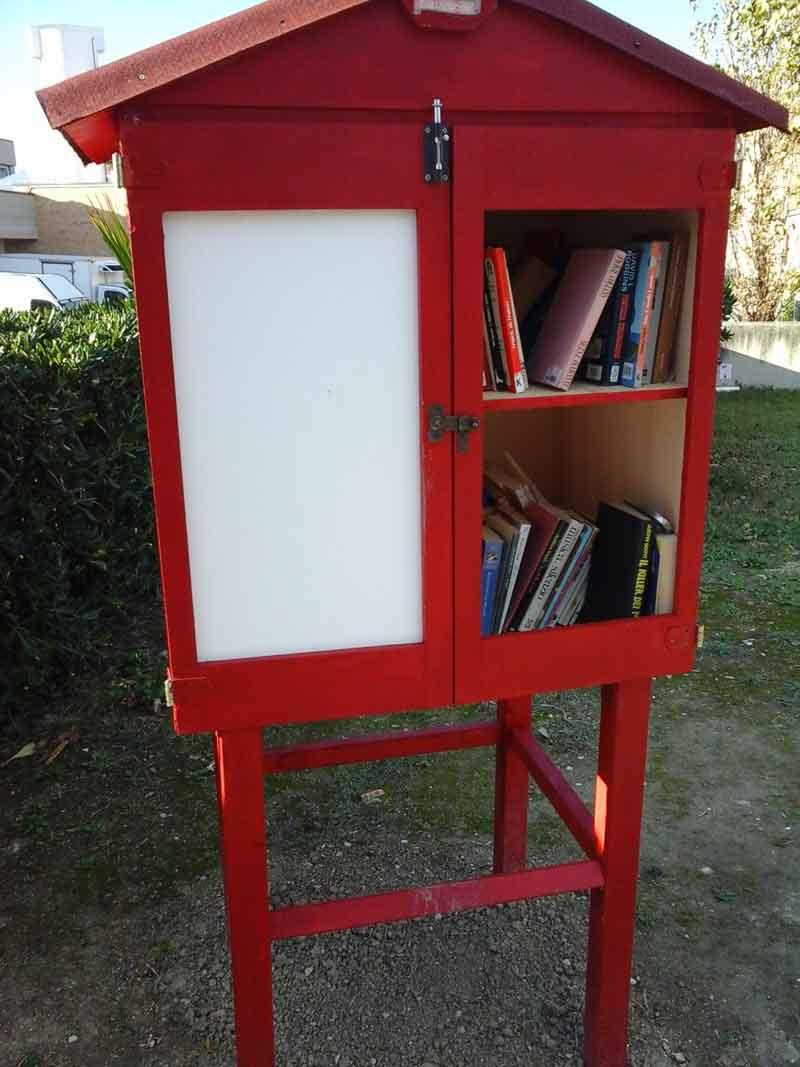 Vandali danneggiano la casetta dei libri a Castennou, indignazione ...