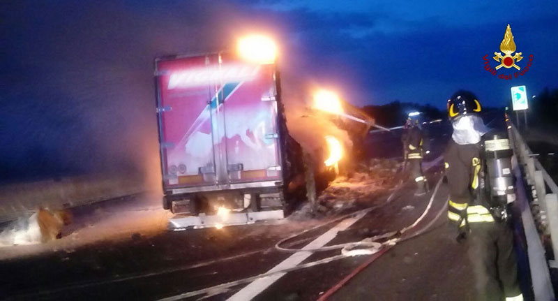 Camion in fiamme in A14, code tra Forlì e Faenza