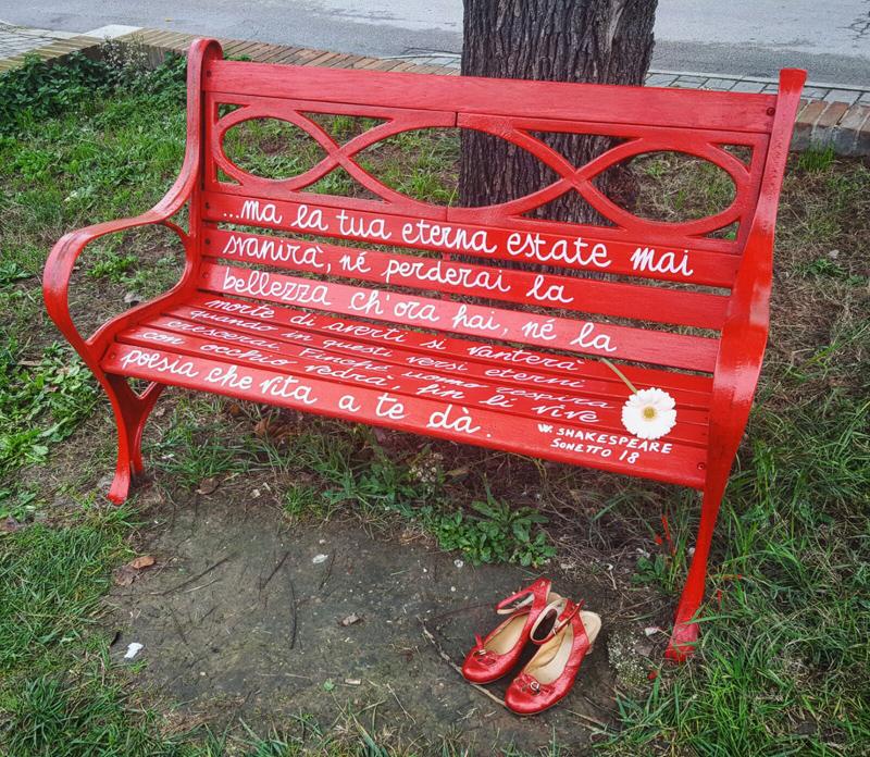 una panchina rossa a castennou per dire no alla violenza sulle donne dire no alla violenza sulle donne