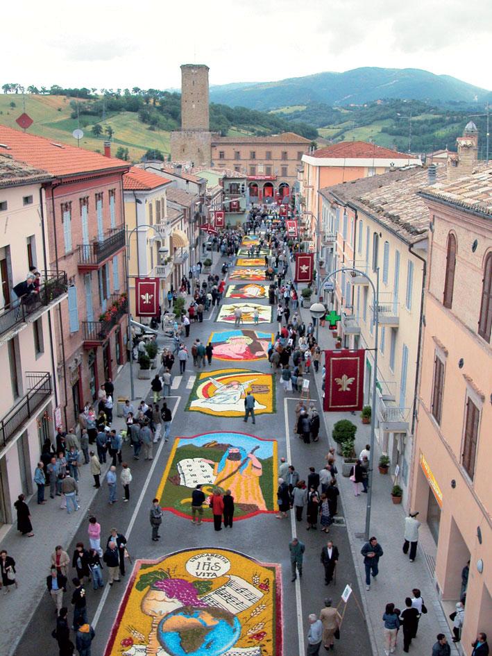 Castelraimondo riparte dall'Infiorata, arte e speranza dopo